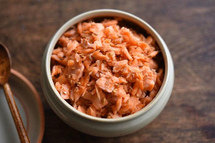 鮭の中でも手頃に買える甘口塩鮭を使った手作りの鮭フレークは、シンプルな味付けで小さなお子さんにもおすすめの常備菜。一度ゆでてからフライパンで炒るだけので、意外と簡単に作れるんですよ。パスタやチャーハンの具にしたり、オムレツやが玉子焼きに入れるのもおいしい鮭フレークは、まとめて作ってストックしておきたい1品です。