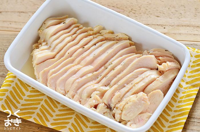 最近トレンドになっている「サラダチキン」。鶏胸肉を塩こうじに漬けて低温でじっくり火を通すと、しっとりやわらかく仕上がります。薄くスライスしてパンにサンドしたり、角切りにしてサラダに入れるなどいろいろな食べ方が楽しめます。