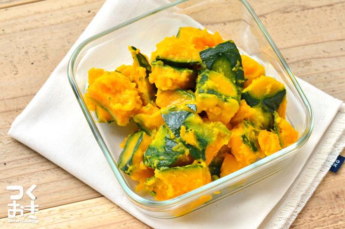 洋風常備菜なら、かぼちゃの塩マーガリンがおすすめ。塩ゆでしたマーガリンを混ぜるだけなのに、甘みが引き立つおいしい常備菜になります。ホクホクしたかぼちゃにマーガリンの塩気が絶妙。作り置きする際は、食べる時にレンジで温めなおすとさらにおいしくいただけますよ。