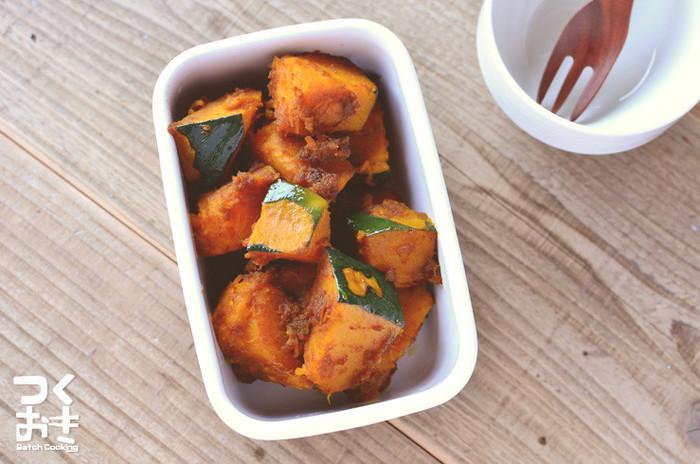 煮物にすることの多いかぼちゃを、デリのようなホットサラダにアレンジ。茹でて粉ふきにしたかぼちゃにバルサミコ酢とオリーブオイルを混ぜると、程よい酸味とコクのある常備菜のできあがり。冷蔵庫で5日程度日持ちするので、前菜や付け合わせに大活躍です。