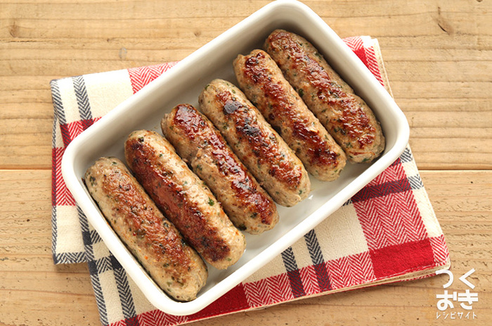 ひき肉の旨みたっぷりのソーセージをおうちで作れたら家族みんなが喜びそう。ナツメグやタイム、バジルなど混ぜるスパイスをアレンジすることで、違った風味を味わえるのも手作りならでは。蒸した状態で冷蔵保存して、食べる時にフライパンで焼きましょう。蒸した時に中まで火が通っているので、表面が香ばしくなればできあがりです。