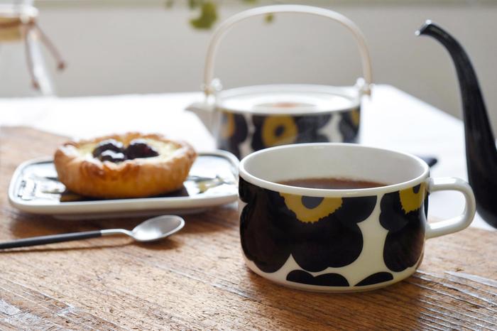 「marimekko(マリメッコ)」は、北欧のフィンランドを代表するライフスタイルブランド。ウニッコ柄の雑貨やファブリックは、あまりにも有名ですね。マリメッコの「ティーカップ」は、直径10cmと少し大きめのサイズなので、コーヒーや紅茶だけでなく、スープやデザート用としても活用できます。