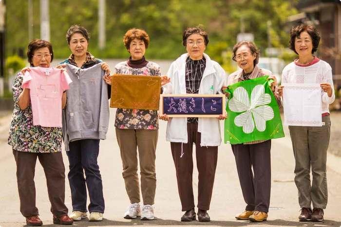 © Photo by t.koshiba  岩手県の沿岸南部に位置する小さな三陸の町、大槌町(おおつちちょう)。 北上山地の山々と海に囲まれ、「南部鼻曲がり鮭(新巻鮭)」発祥の地として知られるこの町に、東北地方で古くから受け継がれている「刺し子」に取り組む女性たちがいます。 今回ご紹介するのは、東日本大震災により被災した岩手県大槌町の女性たちが「ものづくり」を通して、町の復興を目指す『大槌復興刺し子プロジェクト』です。