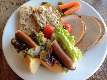 ランチでは、ドイツ風のメニューをいただけます。おすすめは、ライ麦パン、胚芽パンを使ったオープンサンド2種と、ホットドッグの、合計3種のドイツパンがいただける「ベルグサンドセット」。具材の味付けはシンプルで、ドイツパンの素材の美味しさを楽しめます。