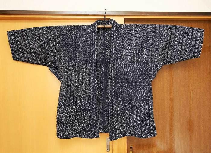 日本各地で古くから受け継がれている「刺し子」とは、綴り縫いや差し縫いをする針仕事のことです。現在は刺し子特有の素朴な装飾が親しまれていますが、もともとは布が貴重だった時代に布地を補強したり、衣類の保温性を高めるために縫ったことが始まりと言われています。