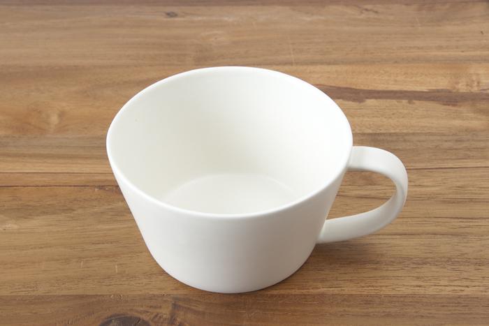 「SAKUZAN(サクザン)」は、岐阜県土岐市の山あいに工房を構える和食器のブランド。伝統的な美濃焼にモダンなテイストをミックスし、美しさにこだわった器を展開しています。サクザンの「Saraスープカップ」は、薄手で口が広く、ハンドルが大きいのが特徴です。口あたりがやわらかで具をすくいやすく、持ちやすいので、日常使いにぴったりです。