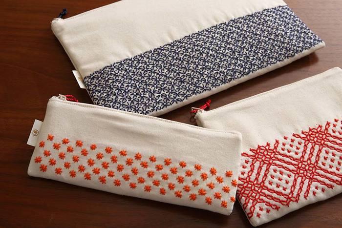 「大槌刺し子」はそうした伝統的な刺し子技法をベースに、モダンにアレンジしたオリジナル商品を製作しています。刺し子さんが丁寧に手縫いで仕上げる「大槌刺し子」は、ひと針ごとの個性があり、どれも作り手の温かい想いを感じることができる素敵な作品ばかりです。現代のライフスタイルにマッチする新しいデザイン性と、大槌町の自然をモチーフにしたおしゃれな柄も「大槌刺し子」ならではの魅力です。