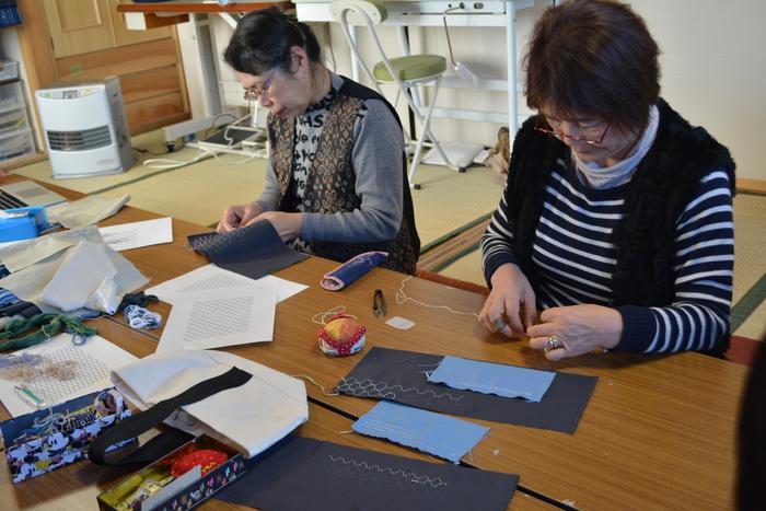 『大槌復興刺し子プロジェクト』は、2013年より『無印良品』と共同で商品づくりをしています。大槌町の象徴である「海」や「かもめ」をモチーフにしたティーマットやコースターなど、これまでに様々な商品を共同制作してきました。
