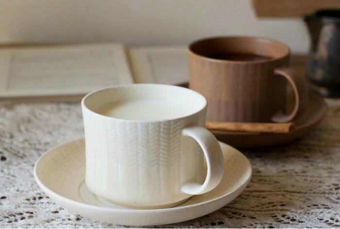 「4th-market(フォースマーケット)」は、三重県四日市市の伝統工芸である「萬古焼(ばんこやき)」の窯元さんたちが立ち上げたテーブルウェアなどのブランド。萬古焼の伝統とモダンなテイストを融合させた、温かで洗練されたアイテムを展開しています。「ガレット・デ・ロワ ティーカップ&ソーサー」は、ニットみたいなデザインがキュートなカップ。