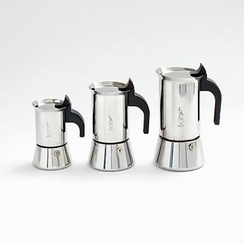 イタリア生まれのこちらのポットは「マキネッタ」と呼ばれるコーヒー抽出器です。小さなポットのような可愛らしいデザインですよね。