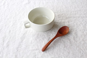 「HASAMI(波佐見焼)」は波佐見焼の陶磁器ブランドであるマルヒロが、「道具としての陶磁器」をコンセプトに立ち上げたブランド。波佐見焼とは、長崎県の波佐見町周辺で江戸時代から製造されている陶磁器で、丈夫で割れにくいのが特徴です。「ブロックマグ・スープ」は、50~60年代アメリカのカフェをイメージした「HASAMI SEASON 01」シリーズのひとつで、シンプルで機能性が高いマグカップです。