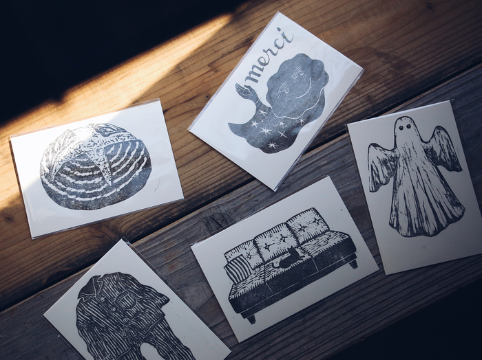 冒頭の画像と、そしてこちらのポストカード。共に版画家・北村太さんによる作品です。木版画ならではの濃淡やカスレが味わい深く、どことなくノスタルジック。空間を温めてくれます。