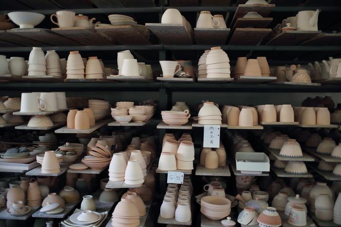 波佐見町で焼かれた陶器の代表的なものは「コンプラ瓶」と「くらわんか碗」です。どちらも江戸時代に日常的に使われる製品で、人々の生活に密着した製品を作っていました。そして現在に至るまで多くの日用食器が生産される陶器の町として栄えています。