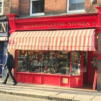 気さくなイタリア人の店員さんが、目の前で豆を挽いてくれる、コーヒー豆やお茶の専門店Algerian(アルジェリアン)。お土産に、コーヒー豆をショップオリジナルの小さなエコバッグに入れて贈るのも、おすすめです。  【所在地】52 Old Compton St, Soho, London W1D 4PB
