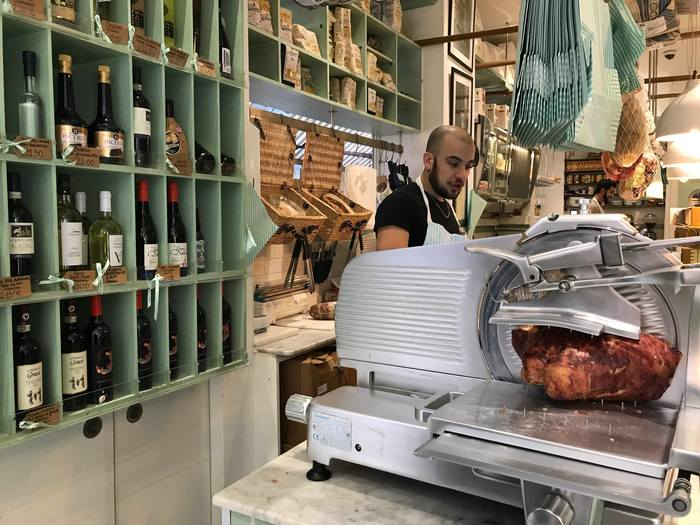 こちらは多くのロンドナーのお気に入りのイタリアンデリのお店、Lina Store(リナストア)。ブルーグリーンのストライプのテントが目印で、お買い物をすると同じ柄の紙袋に入れてくれます。  【所在地】18 Brewer St, Soho, London W1F 0SH