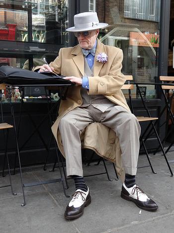 ソーホーでは、こんな素敵なジェントルマンを見かけることも。地元のちょっとした有名人や、アーティストを見かけることも珍しくありません。