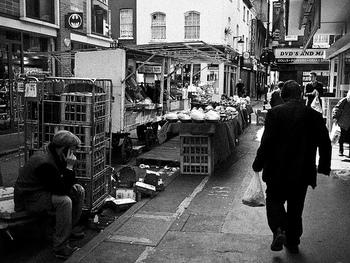 マーケットが行われているバーウィックストリート。モノクロで撮影すると、60年代や70年代にタイムスリップしたかのようですね。  この通りには、状態の良い古着を扱うお店や、珍しい布を扱う生地屋さんなども多く、散策にはもってこいの場所。