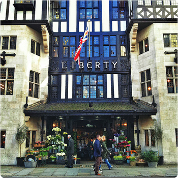 ロンドンに来たら必ず行きたい百貨店のリバティーも、ソーホーの中にあります。プリント生地や、オリジナルの小物など、ここでしか買えないものを押さえておきたいですね。  【所在地】 Regent St, Carnaby, London W1B 5AH