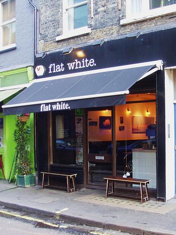 マーケットが行われている、バーウィックストリートに位置するカフェFlat White(フラットホワイト)。「ロンドンの美味しいコーヒーショップランキング」などで、よく上位にランクインしています。  【所在地】17 Berwick St, Soho, London W1F 0PT