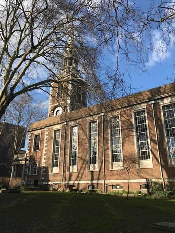 アッパーストリートにあるセントマリーズ教会。その裏側にはお庭があり、静かなお散歩コースとしても最適です。