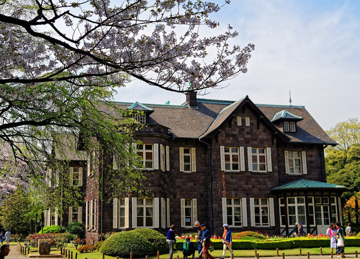 JR京浜東北線 上中里駅・東京メトロ 南北線 西ヶ原駅から徒歩7分。1917年に英国人建築家のジョサイア・コンドルによって建てられた、美しいバラが咲き乱れる洋風の庭園が楽しめる「旧古河庭園」。コンドルは他にも、岩崎邸やニコライ堂などを設計し、日本の近代建築界に大きな影響を与えました。