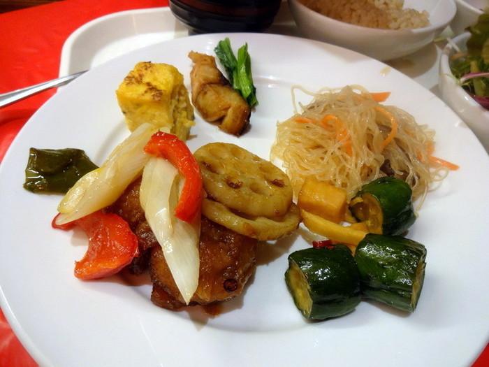 彩り鮮やかで美味しそうな中華ビュッフェ。