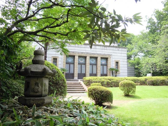 青淵文庫は、明治・大正期を代表する実業家・渋沢栄一の書庫、接客の場として1925年に竣工した鉄筋コンクリート造りの建物。渋沢家の家紋にちなんだ、柏の葉をモチーフとしたステンドグラスやタイルがとても美しい洋館です。