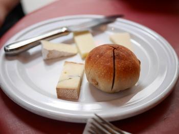 ころんとまあるいパンとチーズをいただきながら、一品一品の美味しい料理を楽しみましょう。