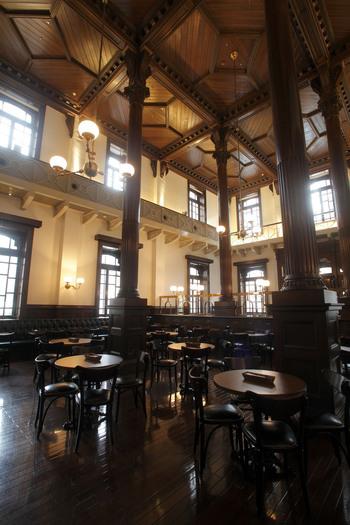全館に19世紀後半の英国で流行したクイーン・アン様式が用いられています。クイーン・アン様式は、華やかさ、豪華さというよりは、伝統もしくはエレガントさを重視するため、銀行・事務所建築という目的にマッチした内装となっています。