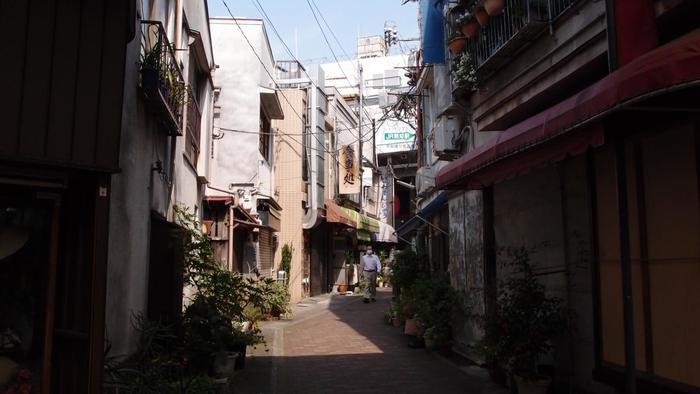 また「熱海」は、活発に開発が進む都心部とは異なり、緩やかに時間が流れる街です。 【ノスタルジックな雰囲気が漂う熱海駅周辺の路地】