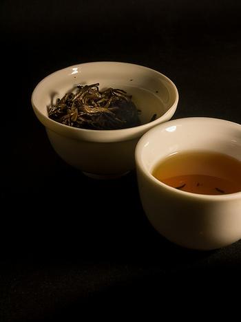 お湯の温度はどのくらいが良いかというと、セレクトする茶葉によってお湯の温度も変わります。比較的発酵が早い白茶などは温度は低めのお湯を使い、ゆっくり旨味を出す淹れ方に。発酵の度合いが深いものは高温のお湯で淹れ、香りやコクをグッと引き出す淹れ方になります。発酵の度合いが高くなるほど温度が高くなると覚えておくと良いでしょう。