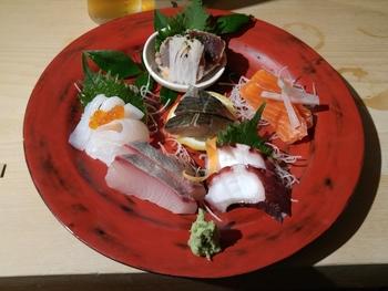 新鮮なお刺身盛り。お酒をちびちび飲みながら贅沢な味わいです。