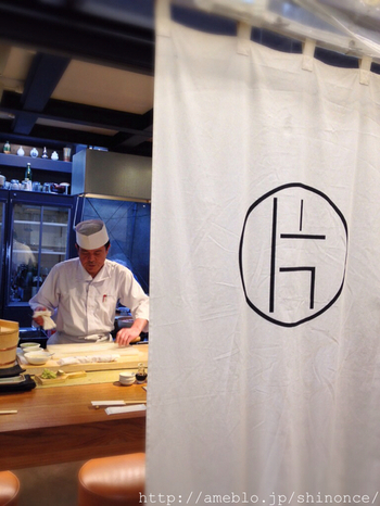粋なお寿司屋さん「片口」。誰かと一緒でも、一人でもふらりと入りやすいお店です。
