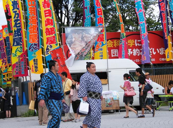 """相撲で有名な地「両国」といえば、やっぱり""""両国国技館""""。街を歩いていると力士の方々とすれ違うこともある、まさに相撲ファンにはたまらないスポットとして知られています。"""