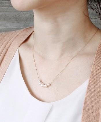 プチプライスのネックレスも、きれいなデコルテとお似合いのネックラインに、上品なデザインを選べば素敵な首元に…♪ラメ入りのシャイニーパールがおしゃれなネックレスです。