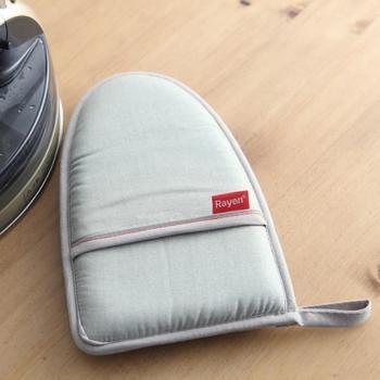 衣類のシワをちょっと伸ばしたい時に便利なアイロングローブ。ミトンのようなユニークな形が特長です。