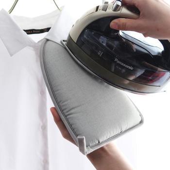 ハンガーにかけたままの衣類にあててアイロン台代わりに使えるから、袖や首回り、ポケットや肩周りなどのシワ取りも気軽にできます。