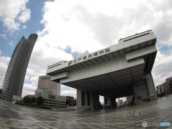 両国国技館の横にあるのが「江戸東京博物館」。高床式のデザインが特徴的な外観が目印です。東京が江戸と呼ばれていた時代から東京へと移り変わる、その歴史と文化をふりかえります。