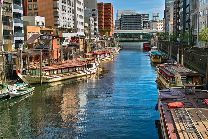 実は、「両国」は、相撲以外にも、博物館や美術館、庭園など、東京の歴史に触れることの出来る、東京観光&散策におすすめのスポットなんです。 今回は、相撲だけじゃない「両国」の魅力と、両国散策で立ち寄りたくなる、素敵なカフェをご紹介したいと思います。 カフェで一息入れながら、両国の街を楽しんでみてはいかがでしょうか♪
