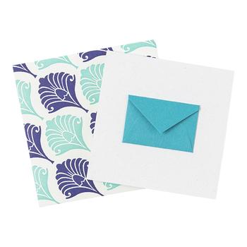 カードに貼り付けられた小さな封筒には、さらにカードが入ってシンプルながらも個性的なデザイン。心の奥の奥にしまっている大切な言葉を記すのにぴったりです。