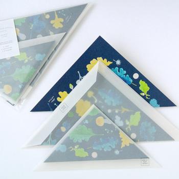 三角形の封筒が珍しいレターセットです。便箋に使われている髪は東日本大震災復興支援商品として開発されたものなんだとか。定形外になりますが、ちゃんと郵便で送ることもできますよ。