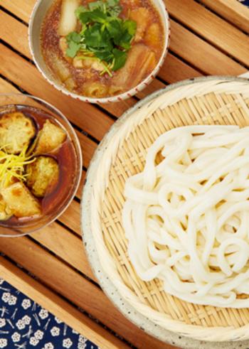 ざる蕎麦やざるうどんなどの冷たい麺類なら、丸ざるで水切りしてそのまま食卓へ。またヘルシーな蒸し料理にも便利です。特に蒸したお野菜は甘さが増すので、家族でもりもり食べられますよ♪