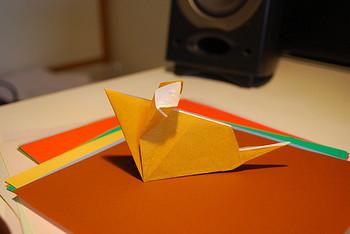 マナーやおもてなしの点から是非用意しておきたい箸置き。ないときや足りないときは、なんと『折り紙』で簡単に箸置きが作れちゃうんです。最近では100円ショップでもおしゃれな柄の折り紙が手に入るので、常備しておけば、おもてなしの時にも役に立ちますよ♪