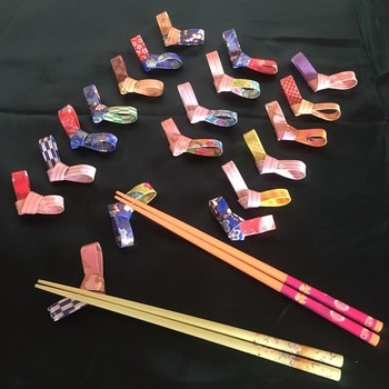 シンプルな箸置きも、千代紙や和紙を使うことでぐんとお正月の雰囲気を出すことができます♪折り紙の柄選びも工夫してみましょう。