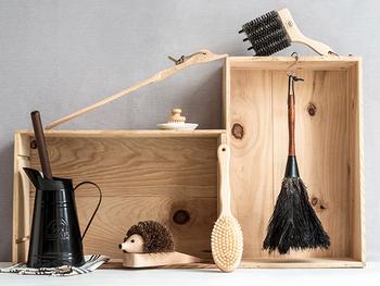 棚や照明など、ホコリをサッとキレイにするのに便利なブラシ。柔らかなものや溝がある特殊なものなど、用途に合わせていくつか揃えておくと便利です。