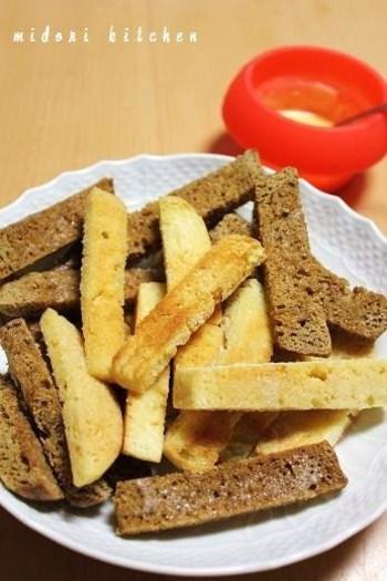 スティック状にした食パンを揚げて、サクサクラスクにしたものにチョコにたっぷりつけて。サクサクとした食感も楽しく、食べ応えもあります。