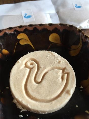「白鳥の湖」は、落雁に似た懐かしい味わいです。長年、松本で美味しいお菓子を作ってきた開運堂さんには、他にも長野らしいお菓子がたくさんありますよ。
