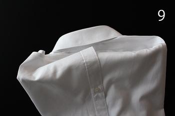 さいごにシャツの裾の部分を畳んだ部分に折り込むと、崩れにくくスッキリするそうです。