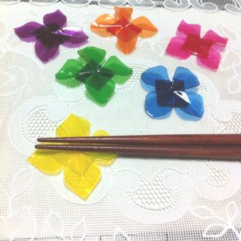 クリアタイプの折り紙などを使うとまた雰囲気もガラリと変わります。お好みのお花の折り方が見つかったら、折り紙の素材との相性も探してみてください!