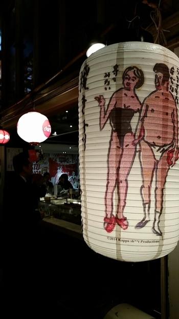 隈研吾内装、テリーのイラストが壁に描かれた気軽に立ち寄れる「やきとり てっちゃん」。